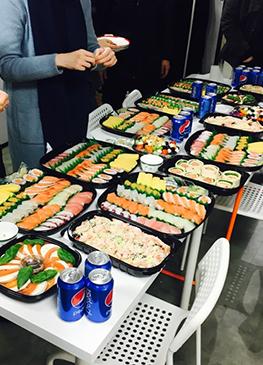 점심으로 맛있는 초밥세트와 새우 팬네 파스타, 샐러드, 훈제 연어롤까지!